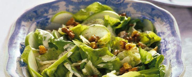 Ciotola di insalata golosa con noci e mele