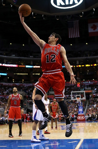 Kirk Hinrich #12 of the Chicago Bulls goes up for a shot against the Los Angeles Clippers at Staples Center on November 17, 2012 in Los Angeles, California.