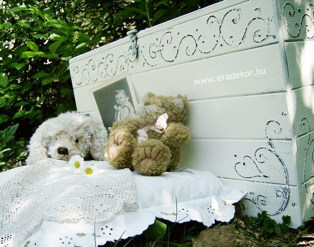 Provence-i stílusú, antikolt fehér névre szóló játéktároló láda. Fotó azonosító: JATNORFEH07