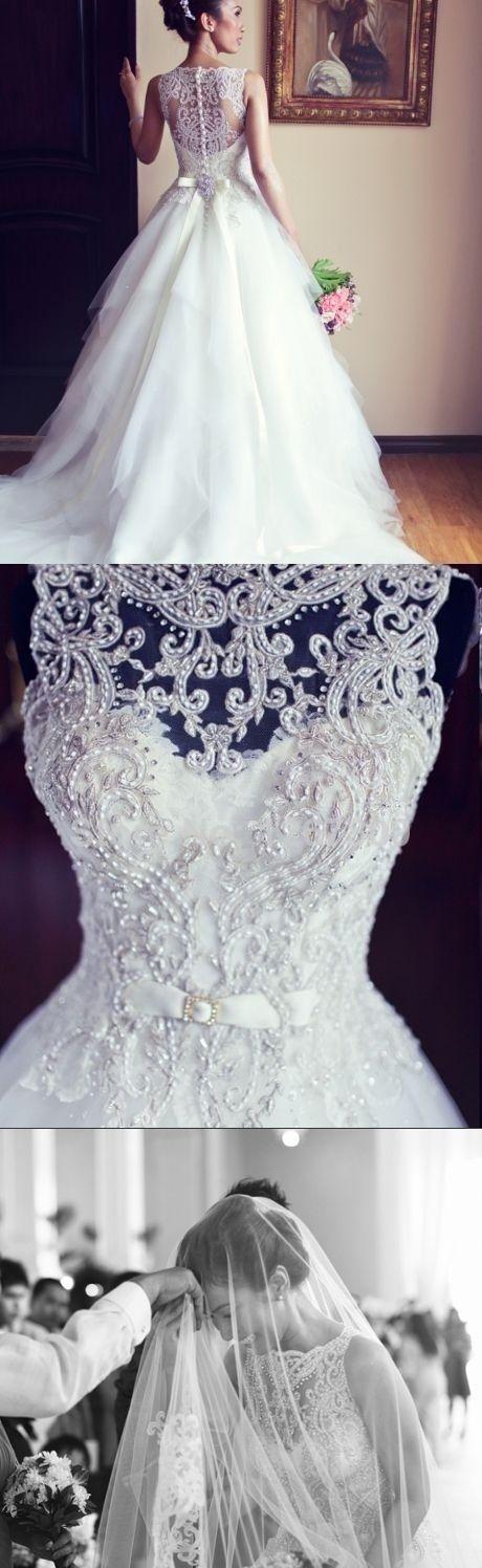 Deseo que sea una novia un día. Este traje de novia es muy bonito. Es blanco y tiene patrones intrincados. Para ver muchas ideas de una boda perfecta, haz clic en el enlace: http://www.elblogdeunanovia.com/