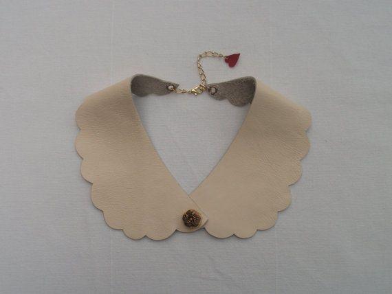 Cuero crema cuello Peter Pan con detalle de botón de oro