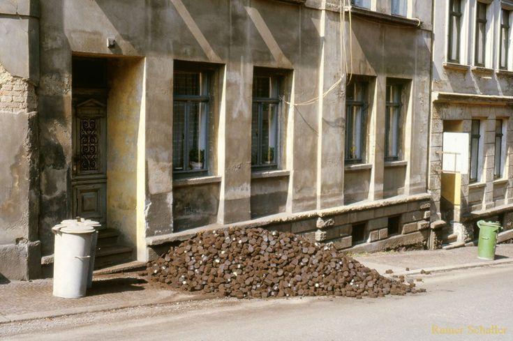 Typischer Kohlenhaufen und Aschetonnen vor einem Haus in Greiz.   Greiz zu DDR – Zeiten in den 1980er Jahren