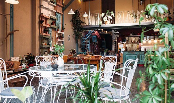 Επιστρέφουμε στα σοκάκια του Ψυρρή και ανακαλύπτουμε ξανά την- ανανεωμένη και πιο ήσυχη πλέον- γειτονιά που παραμένει μία από τις ωραιότερες του αθηναϊκού κέντρου. Ζεστά cafe, γλυκές γωνιές, νέες αφίξεις και νοσταλγικά στέκια που μας σερβίρουν μαμαδίστικο φαγητό.