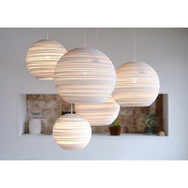 Graypants Moon 14 White hanglamp. Deze lamp is perfect als een plafondlamp in het midden van een kamer, want door de vele gaatjes wordt het licht prachtig verspreid. @graypants #verlichting #lampen #hanglampen #design #Flinders