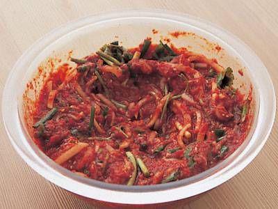 李 映林さんの煮干し,粉とうがらしを使った「キムチヤンニョム」のレシピページです。自家製キムチの素です。ストックができ、キムチ以外にも利用できて便利。 材料: 煮干し、昆布、ぬるま湯、白玉粉、はちみつ、三温糖、粉とうがらし、A