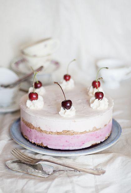 [ Frozen Cheesecake med blandade bär & mynta ] 300 g cream cheese / 3 dl vispgrädde / 3 ägg, separerade / 1½ dl socker / 2 tsk vaniljsocker eller ½ urskrapad vaniljstång / 150 + 150 g digestivekex / 50 g margarin / 5 dl jordgubbar (frysta eller färska) + 2 msk socker / 2 dl blandade bär / 4 hackade myntablad / 2 dl jordgubbar