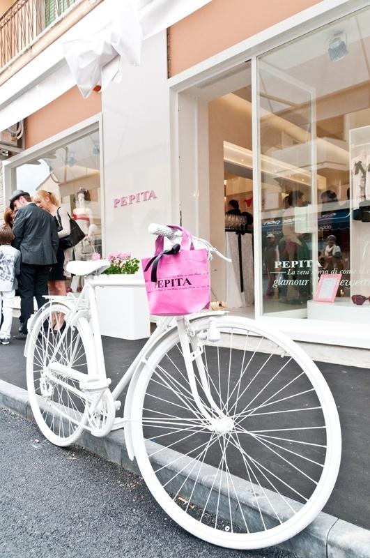 Forte dei Marmi: The white Pepita bicycle >> Guarda le Offerte!