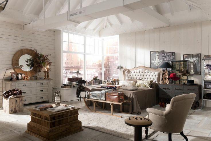La collezione comprende mobili, come cassettiere e letti e complementi, come lo specchio e i quadri #vintage #bedroom #casa #camera #home