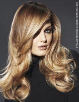 Langes, gestuftes Haar mit Seitenscheitel