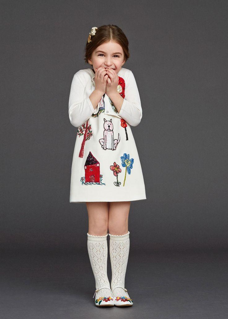 Alsof ze 'm zélf heeft ingekleurd, dit pronkstuk uit de collectie van Dolce & Gabbana: een ode aan alle moeders, met jurken vol kinderkrabbels, rozen en lieflijke kreten. Ook verkrijgbaar in het groot! dolcegabbana.com
