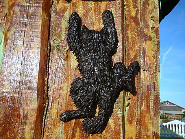 Сегодня разрисовала деревянный сарай и сделала кота. Кота вырезала из фанеры, пропенила сверху, придала ему «лохматость». Пена наносится постепенно, те …