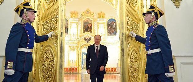 200-Milliarden-Dollar-Vermögen? Ex-Geschäftspartner: Putin ist reicher als Bill Gates  Luxusvillen, Hedgefonds, Offshore-Konten: Seit Jahren wird über das Vermögen von Russlands Präsident Wladimir Putin spekuliert. Jetzt hat ein ehemaliger Geschäftspartner eine 200-Milliarden-Behauptung aufgestellt. Damit stiege der Kremlchef zum reichsten Mann der Welt auf. http://www.focus.de/finanzen/kreml-putin-der-reichste-mensch-der-welt_id_4481985.html