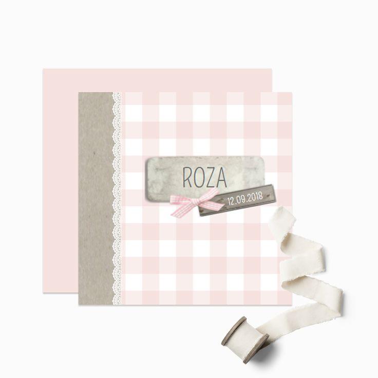 Lief klassiek geboortekaartje met ruitjes en aan de zijkant een strookje kraft papier. Daarop een label en een lief roze geruit strikje. Alle elementen zijn grafisch en worden op het kaartje gedrukt.