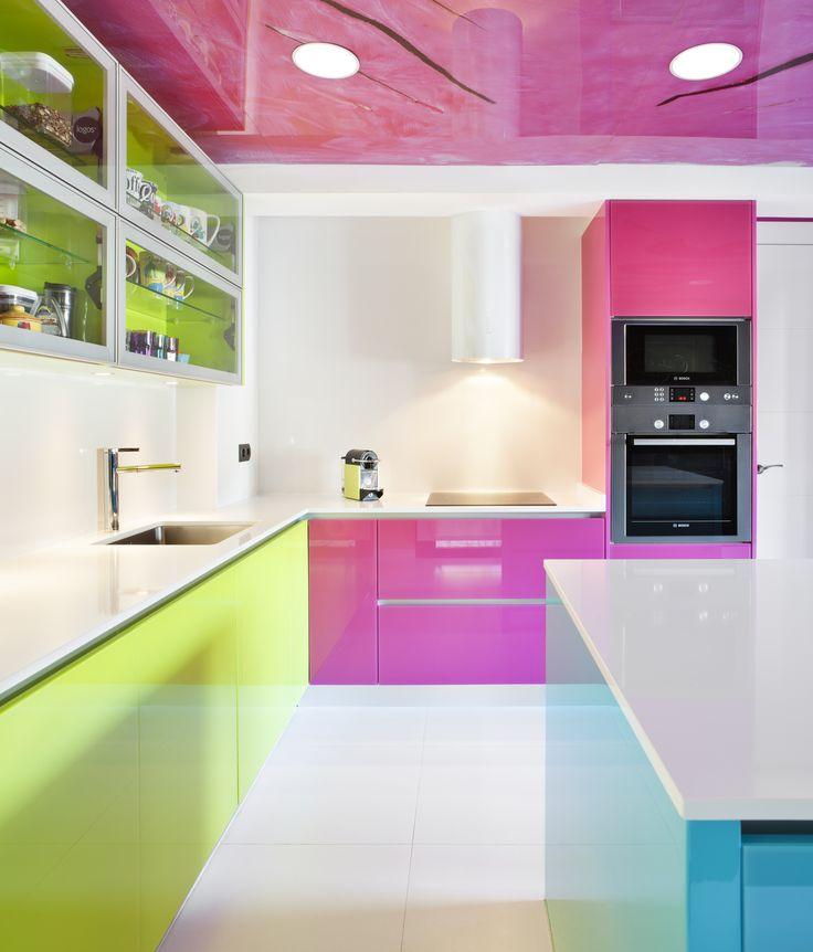 Moretti con logos el color en la cocina cristal lacado for Cocinas silestone colores
