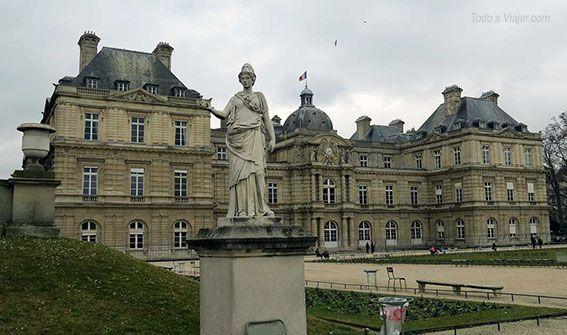 El Palacio de Luxemburgo y una de sus cientos de esculturas