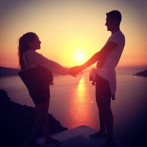 The #love in front of the #sunset! #Santorini Photo credits: @marika_piscopo