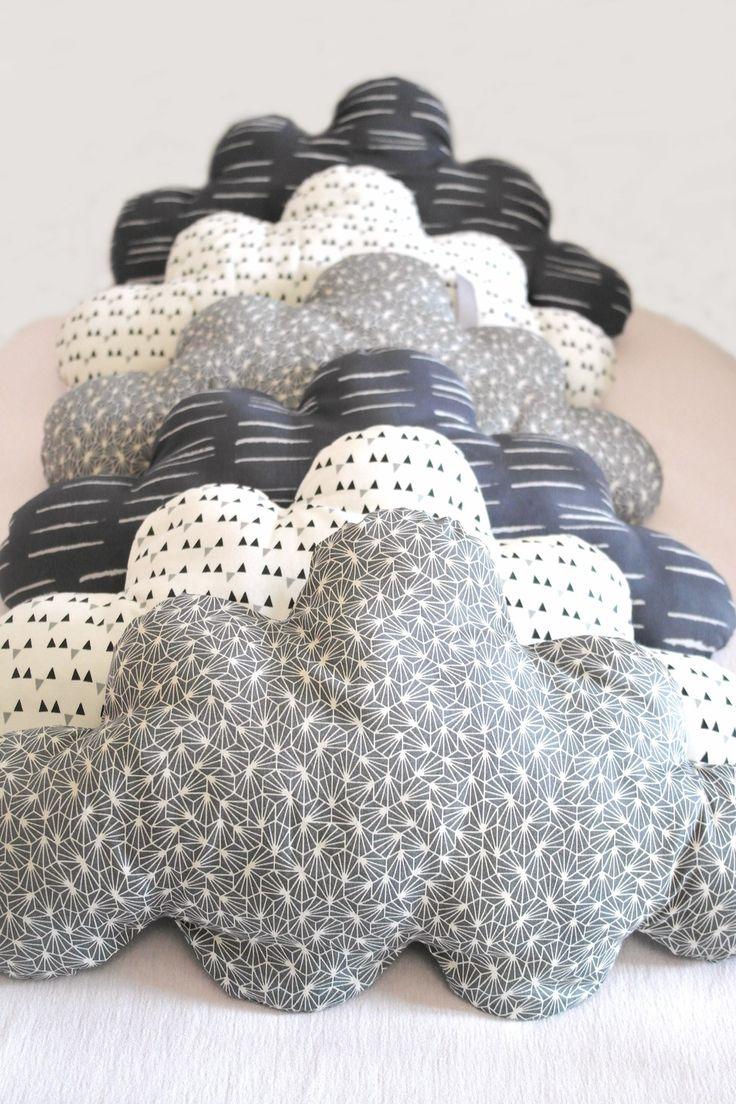 Esprit vintage pour ce tour de lit bébé évolutif, en forme de nuages de style scandinaves : Linge de lit enfants par 3-pommes-dans-un-panier