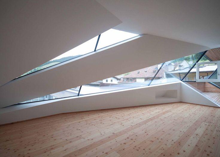 주거공간에서 쉽게 치부되는 다락방의 새로운 변신은 드라마틱한 풍경을 감상할 수 있는 뷰포인트 확보와 주변 건축물 속에 독특한 아이텐티를 구현한다. 이탈리아 북부 고즈넉한 마을풍경 속 5층 주거 리노베이션 프로젝트는 건축주의 3자녀를 위한 다락방 확장 및 리뉴얼을 통해 거주공간의 새로운 가치를 추구한다. 3층에 걸쳐 파사드와 내부공간을 분할하는 역동적인 삼각형태의 윈도우, 개구부를 통해 내부공간은 통합되는..