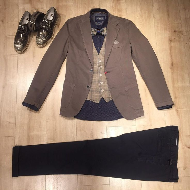 Checked vest and a bowtie in a colour armony make the difference!