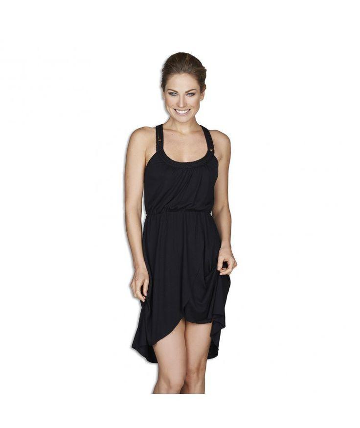 Jurk Dipped. Een lekkere zomerse outfit! Deze prachtige jurk is uitgevoerd in een zwarte zachte stof. Ideaal om snel over je badkleding te doen. Een los model, dus een comfortabele pasvorm met met een elastische band voor een vrouwelijk taille! Afgewerkt met gevlochten accenten aan de bovenzijde.  #zomercollectie #zomerkledingdames #zomerkleding