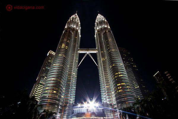 Visão noturna das torres petronas em Kuala lumpur, as torres gêmeas mais altas do mundo