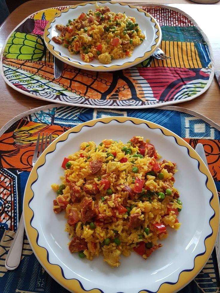 Gele rijst met chorizo Ingrediënten: - gele rijst - chorizo worst - rode paprika - tuinerwten  - knoflook - ui