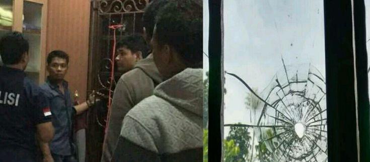Sinarmerdeka.id -Teror kembali menyasar pejabat negara. Kali ini, yang menjadi sasaran adalah Ketua Fraksi Partai Keadilan Sejahtera (PKS) Jazuli Juwaini.   Rabu malam, (3/5) sekitar pukul 21.00 WIB, selongsong peluru menembus jendela rumahnya di Jalan Mustawarah No.   #berita utama #kriminal #lampung #sinarmerdeka.id #tanggamus