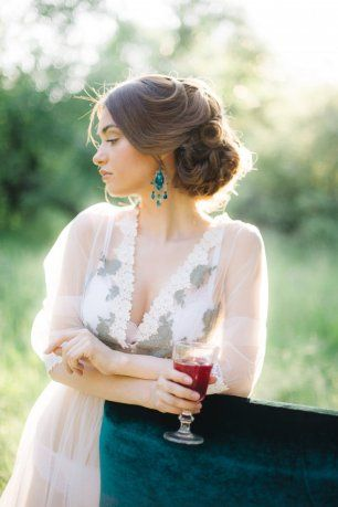 Невеста с бокалом вина