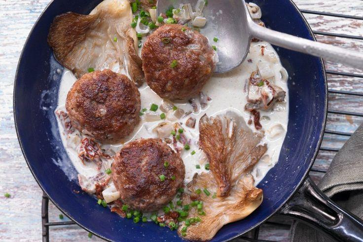 """Tolle Rezepte mit Austernpilzen -                         Austernpilze schmecken leicht nach Kalbsfleisch? Kein Wunder, dass sie gerade zu Kalb besonders gut passen – wie bei diesen leckeren Frikadellen. <a href=""""https://www.bildderfrau.de/diaet-ernaehrung/rezepte/article211765969/Low-Carb-Rezept-Kalbsfrikadellen-mit-Austernpilzen.html"""" target=""""_blank""""> >> Zum Rezept!</a>"""