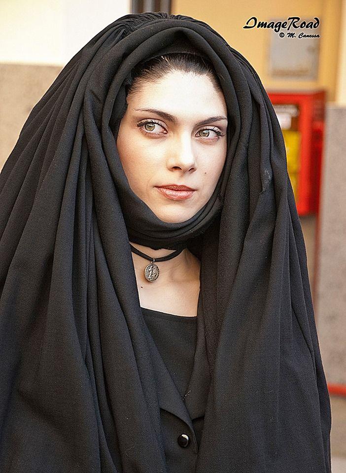 di Image Road.La ragazza indossa l abito tradizionale da vedova di Nulvi.