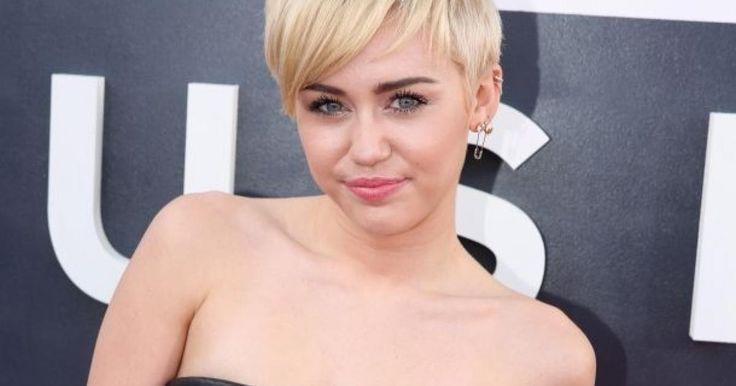 Hannah Montana quedó atrás hace años, yMiley Cyrusprobó diferentes looks tanto en sus peinados como en su forma de vestir. La artista ha hecho cambios radicales durante todo este tiempo, ¡pero ahora ha vuelto al cabello largo y rubio que tanto nos gustaba!Sí, esta es una foto muy reciente deMiley Cyrus: