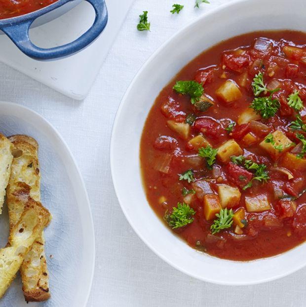 Grov tomatsuppe med rodfrugter og hvidløgsbrød | Magasinet Mad!