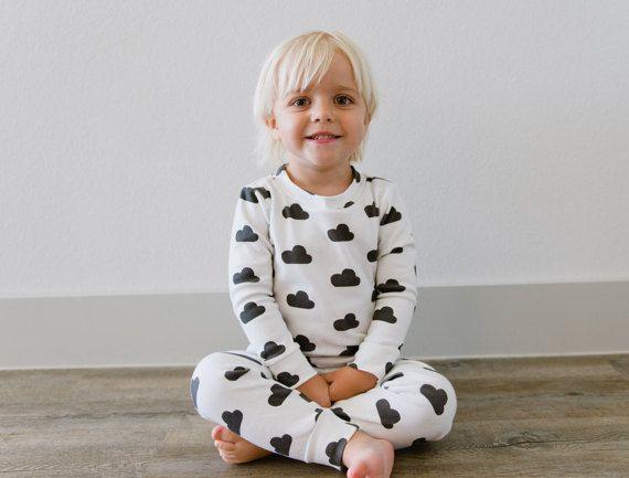 Pijama 2 piezas, algodón orgánico, de nubes  https://www.etsy.com/es/listing/191296479/conjunto-pijama-nino-firma-hola-domingo