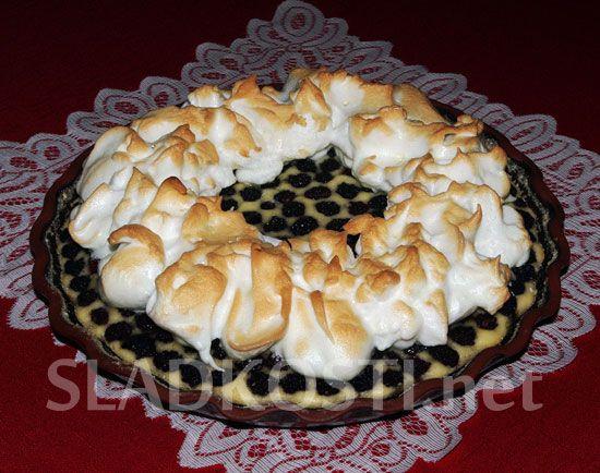 Ostružinový koláč se sněhovým věncem