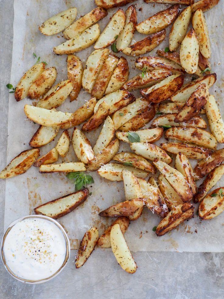 Finn på noe nytt med potetene dine! Prøv for eksempel ovnsbakte poteter med urter, hvitløk og parmesan, servert med en enkel rømmedip. Ikke er de vanskelige å lage og ikke tar det mye tid heller. Poteter skjæres i båter (behold gjerne skallet på, da blir de ekstra gode) og blandes med olje, urter, krydder og [...]Read More...