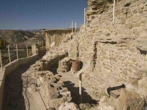 YACIMIENTO CASTELLÓN ALTO  Es un yacimiento visitable de la provincia de Granada. Se encuadra en la cultura de El Argar. Su visita permite conocer como era la vida cotidiana en un poblado Argárico de más de 3.500 años. Durante nuestra visita pudimos observar diversas tumbas, así como varias cuevas y muchos paneles informativos que nos informaban lo que veíamos en cada momento. Está dotado de réplicas de cabaña y sepulturas argáricas. Está formado por una base más o menos cilíndrica.