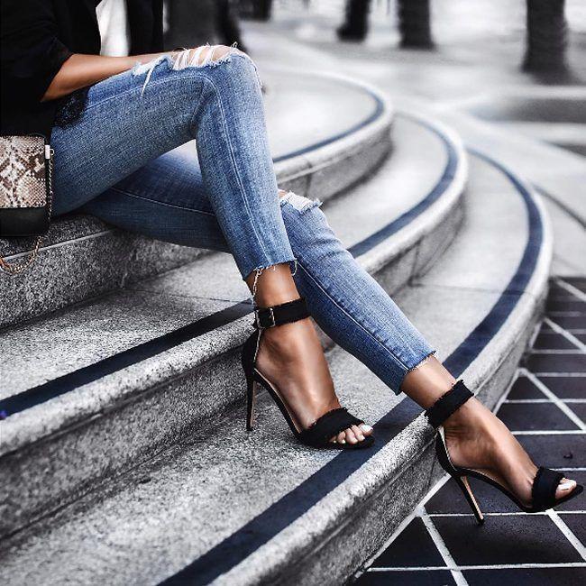 Рваные детали, необработанный низ – важные трендовые детали на джинсах. Степень рваности и эффект необработанного низа могут быть разными. Какой именно придётся вам по душе и будет гармонично сочетаться с вашей индивидуальностью – это вы сможете определить опытным путем, примерив разные джинсы у нас в JiST, теперь со скидками до 50% #fashion #outfitidea: #stylish & #trendy #jeans with #raw #hem help to create #chic & #comfy #summer #outfit #мода #стиль #тренды #джинсы #модно #стильно #киев…