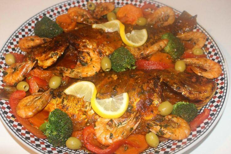 Gemarineerde dorade uit de oven met gegrilde paprika, garnalen, broccoli, wortels, batata n aqechod (kan niet op de Nederlandse benaming komen) en olijven.