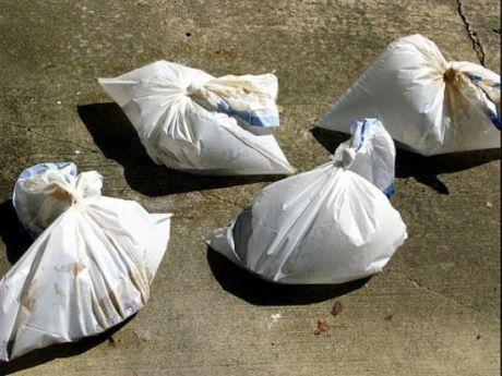 ЧИСТИМ СТАРЫЕ ЧУГУННЫЕ СКОВОРОДКИ. РЕЗУЛЬТАТ ВАС УДИВИТ.  ВАМ ПОНАДОБИТЬСЯ:  Уксус  Мешки для мусора.  Залейте сковороду уксусом, поместите в мешок для мусора. Оставьте примерно на 24 часа, в некоторых случаях может потребоваться больше времени. Достаньте вашу сковороду и хорошенько промойте её.  #хозяйке