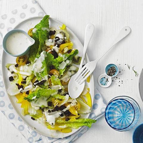 Kiwis sind die idealen Begleiter für jede Diät. Sie enthalten nur wenig Kalorien, dafür aber viele wichtige Nährstoffe und Vitamine. Schon 100 Gramm Kiwi decken den Tagesbedarf eines Erwachsenen an Vitamin C.Zum Rezept: Kiwi-Salat nach Caesar's Art