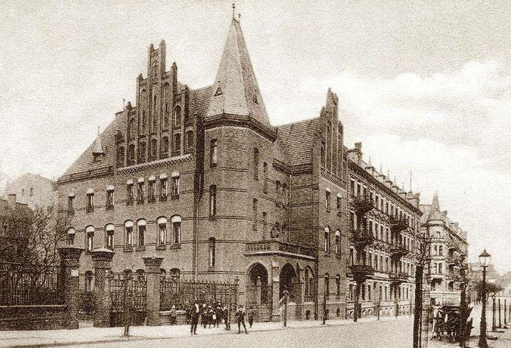 Stary Poznań się kłania z ulicy..... chyba nie sprawi Wam problemu ta zagadka! To ul.  Młyńska, a na pierwszym planie budynek Sądu Rejonowego, 1905-15
