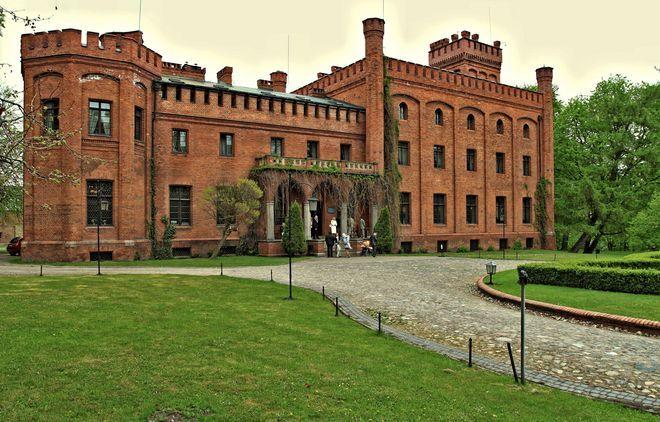 Pałac w Rzucewie zwany Zamkiem Jana III Sobieskiego. Wybudowany został w latach 1840 –1845 na podstawie projektu znanego niemieckiego architekta Fryderyka Augusta Stülera, dla Emmy von Keyserlingk. Nazwa wzięła się stąd, że w XVII wieku (od 1685 roku do śmierci) właścicielem Rzucewa (i stojącego wówczas dworu) był król Jan III Sobieski. Obecnie funkcjonuje jako hotel.
