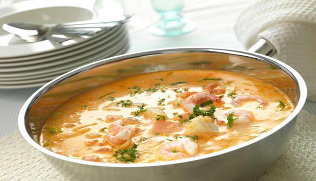 Får du mange gjester i helgen? Prøv en smakfull fiskesuppe med torsk, laks, reker, kremfløte og tomater. Denne blir nok selskapets midtpunkt!