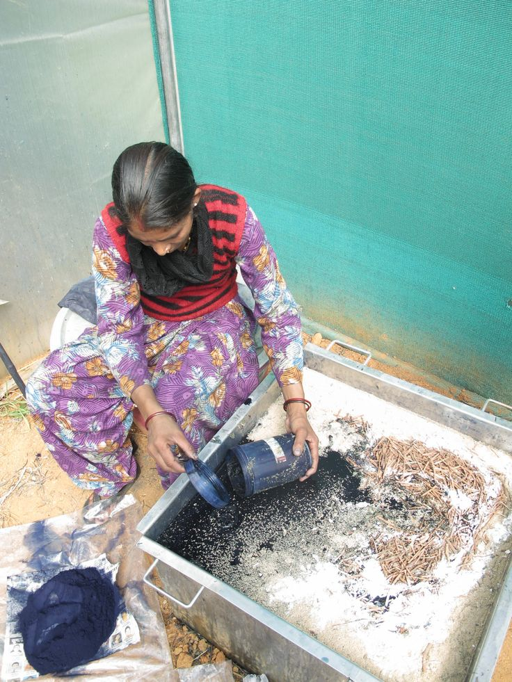 Kamla teaching the Indigo fermentation process www.nagnata.com