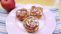 Piccole torte di mele a forma di rosa. Un metodo semplice ma molto originale, basta tagliare l'impasto a strisce. Su ogni striscia aggiungete le fettine di mele e arrotolate formando una girella. Il risultato è sorprendente!