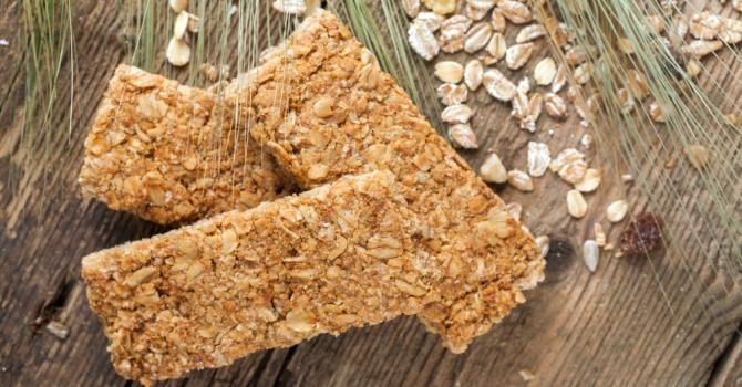 Recette de Barres protéinées banane et flocons d'avoine pour les sportifs. Facile et rapide à réaliser, goûteuse et diététique.