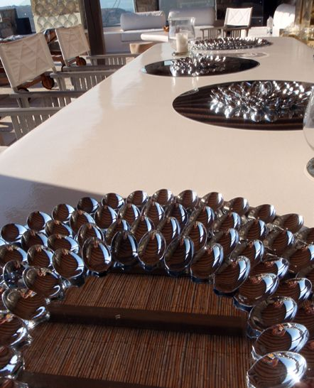Διακοσμητικός δίσκος σερβιρίσματος με ασημί κουτάλια και βάση καθρέπτη.. Δείτε περισσότερα έργα μας στο  http://www.artease.gr/interior-design/emporikoi-xoroi/