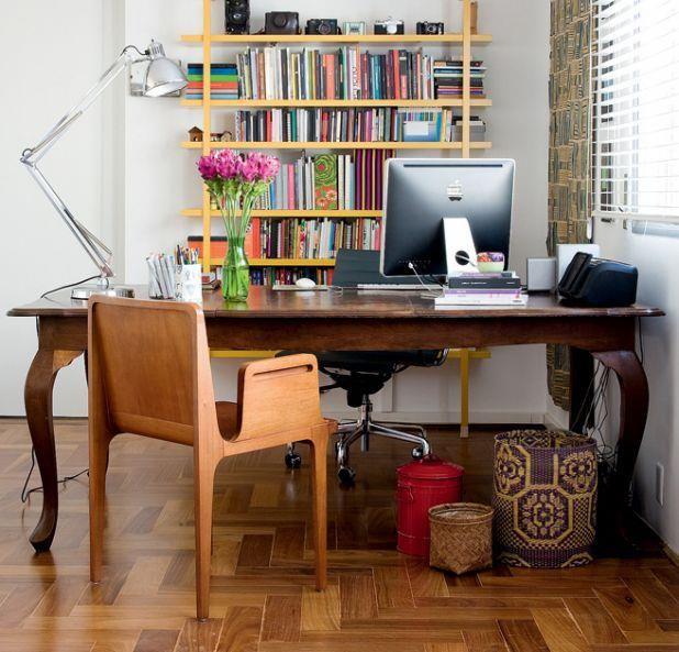 Adoro Lilás: Desejo do dia - Estante cheia de livros, assoalho em madeira e mesa antiga linda