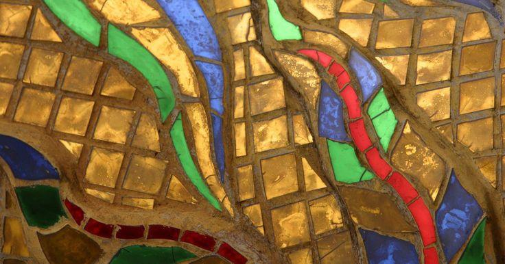 ¿Cómo se hace un mosaico?. Los mosaicos van desde patrones geométricos simples para elaborar obras de arte que se asemejan a las pinturas. En los patrones geométricos los azulejos se dejan completos, pero en imágenes más elaboradas los azulejos se recortan y se dan forma usando herramientas o pinzas de corte especiales de azulejos. Los usos para la decoración de mosaico ...