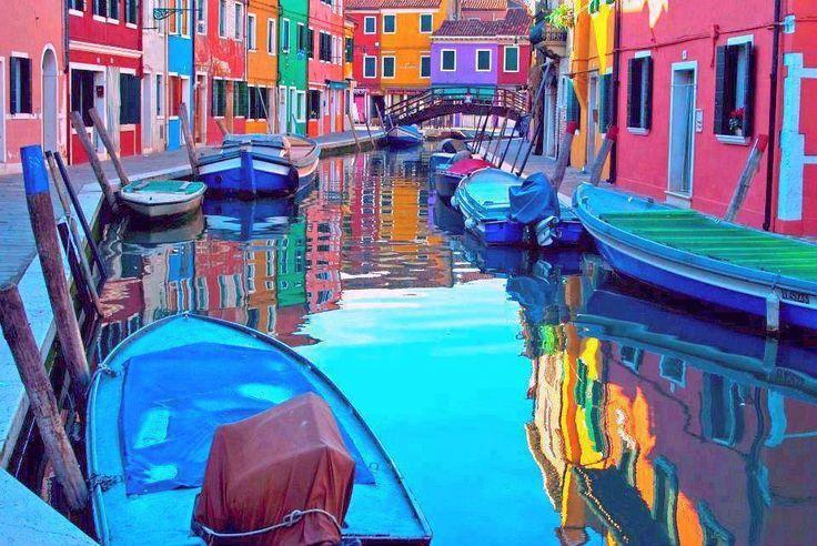 coi secchi di vernice coloriamo tutti i muri....case vicoli palazzi...  (R.Cocciante)  Burano island canal Venezia